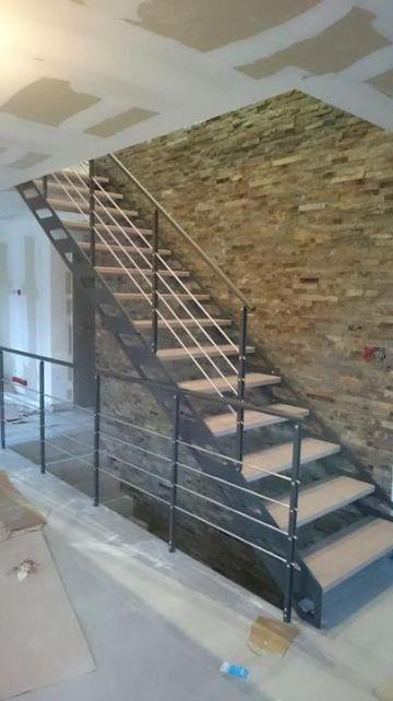 escalier avec limon en métal et marches ajourées en hêtre